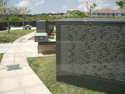 米軍兵士の戦没メの礎と奥が日本人の礎.jpg